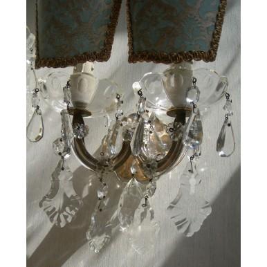 Coppia di Appliques Vintage a 2 Luci Maria Teresa con Gocce e Ventoline in Tessuto Fortuny