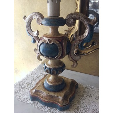 Coppia di Lampade da Tavolo Vintage in Legno Policromo Intagliato e Anticato con Paralume in Tessuto Fortuny