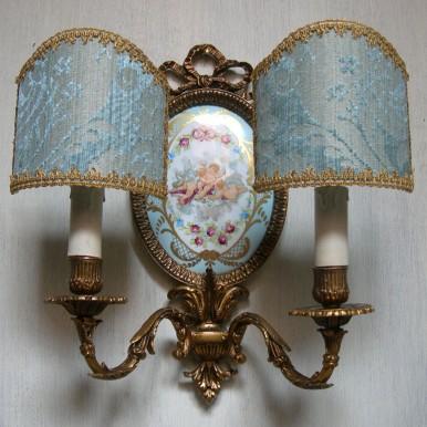 Antica Coppia di Appliques Stile Luigi XVI in Bronzo e Porcellana con Ventoline in Tessuto Rubelli Ruzante