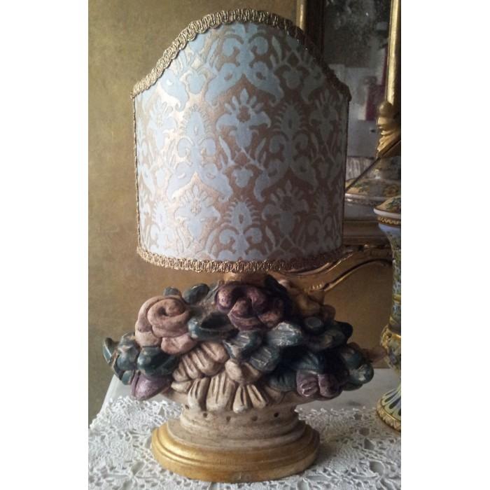 Lampada da Tavolo in Legno Intagliato e Anticato con Paralume in Tessuto Fortuny Delfino Aquamarina e Oro