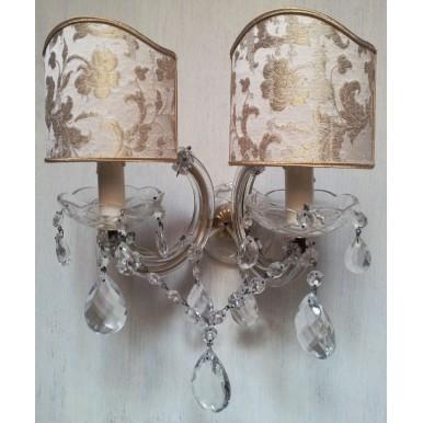 Coppia di Appliques Vintage a 2 Luci Maria Teresa con Gocce e Ventoline in Tessuto Rubelli Bianco e oro