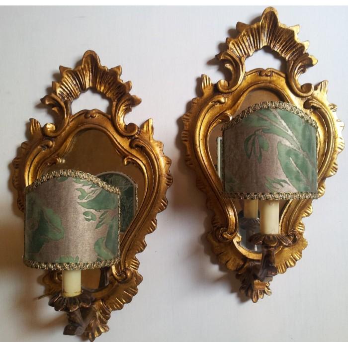 Antica Coppia di Appliques a Specchierina Veneziane in Legno Dorato con Paralume in Tessuto Fortuny