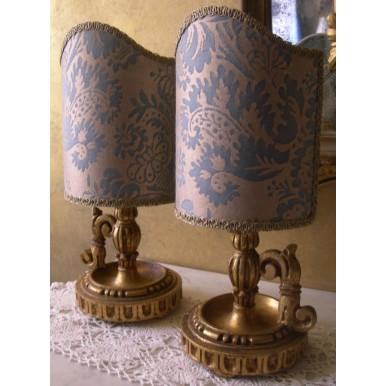 Coppia di Lumetti Bugia Vintage in Legno Dorato con Paralume in Tessuto Fortuny Solimena Azzurro e Oro