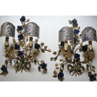 Coppia di Appliques Vintage in Lamierino Dorato e Rose di Porcellana Blu con Ventoline in Tessuto Fortuny Dandolo Blu e Oro