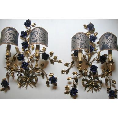 Paire de Anciennes Appliques Murales en Fer Forgé Doré et Roses en Porcelaine Bleu avec Abat Jour à Pince en Tissu Fortuny