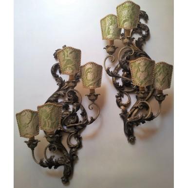 Ancienne Paire d'Appliques en Bois Sculpté et Patiné avec Abat Jour à Pince en Tissu Fortuny Persepolis Vert et Or