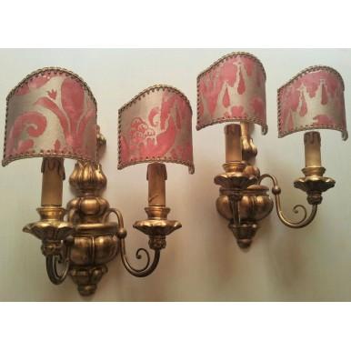 Antica Coppia di Appliques in Legno Intagliato e Dorato con Ventoline in Tessuto Fortuny Rosso e Oro