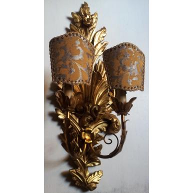 Coppia di Appliques Vintage in Legno Intagliato e Dorato con Ventoline in Tessuto Rubelli Bronzo e Argento
