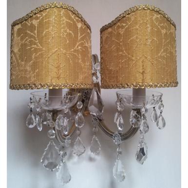 Coppia di Appliques Vintage a 2 Luci Maria Teresa con Gocce e Ventoline in Tessuto Damascato Rubelli Oro