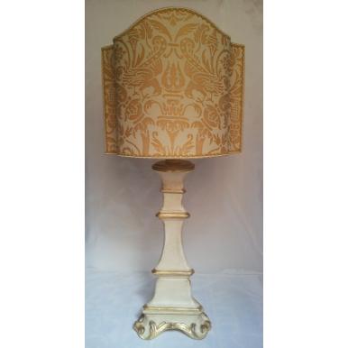 Lampe de Table en Bois Sculpté et Doré Patiné à l'Ancienne avec Abat Jour en Tissu Fortuny Uccelli