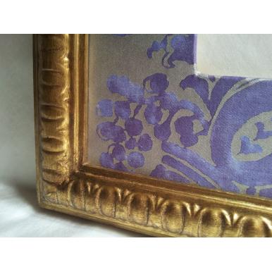 Cornice Legno Dorata con Passepartout in Tessuto Fortuny Carnavalet Viola e Oro