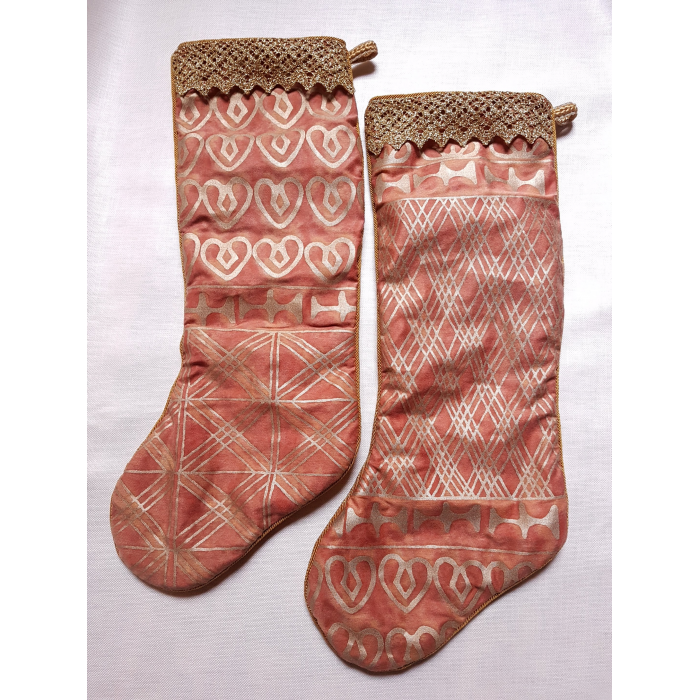 Deux Chaussettes de Noël Fait Main en Tissu Fortuny Ashanti Rouge Orange et Or