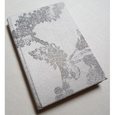Carnet de Notes Couverture Tissu Lampas de Soie Rubelli Queen Anne Ivoire et Argent