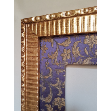 Cornice Legno Dorata con Passepartout in Tessuto Rubelli Les Indes Galantes Viola e Oro