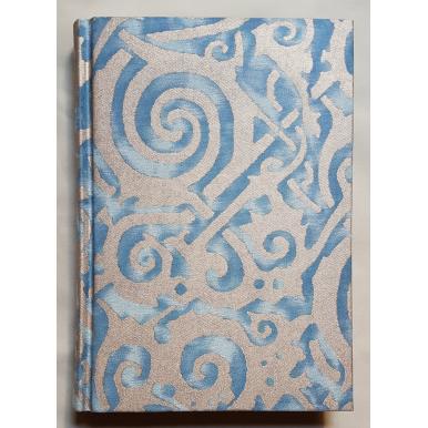 Quaderno con Copertina Rivestita in Tessuto Fortuny Maori Azzurro e oro